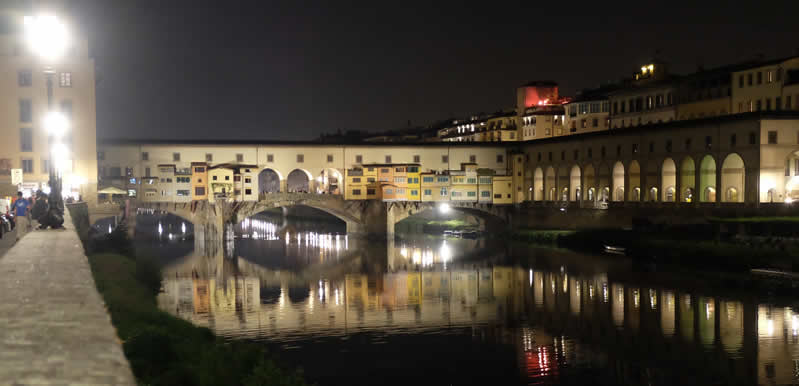 vista nottura del Ponte Vecchio a Firenze